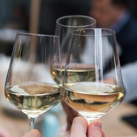 Wijn proeven met vrienden
